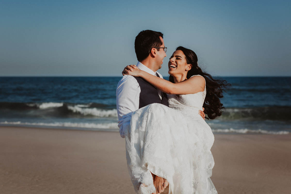 Fotografia de Casamento Rj - Letícia e João - casal na praia da Barra - Santo Cristo dos Milagres
